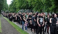 Warteschlange im Park an der Richard-Wagner-Straße am Hauptbahnhof - mehrere hundert Festivalbesucher warten an der Ticketausgabe am LVB-Turm . Foto: Norman Rembarz