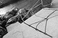 """Castro Marina - Salento - Puglia - Una spartana ringhiera fatta di corda """"protegge"""" dal rischio di cadere tra gli scogli."""