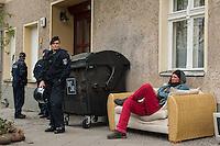 Zwangsraeumung in Berlin.<br /> Am Freitag den 4. April lies ein Hausbesitzer in Berlin-Neukoelln einen Mieter durch Gerichtsvollzieherin und eine Hundertschaft der Polizie aus seiner Wohnung in der Wissmannstrasse zwangsraeumen.<br /> Der Mieter konnte wegen verspaeteter Zahlungen des Jobcenters die Miete nicht rechtzeitig ueberweisen, das reichte dem Vermieter fuer eine Raeumungsklage.<br /> Aus Protest gegen die Zwangsraeumung versammelten sich am Morgen des 4.4.2014 ca. 200 Menschen vor dem Haus um ihre Solidaritaet mit dem Betroffenen zu zeigen. Einige von ihnen setzten sich auf die Strasse und versuchten die Anfahrt der Gerichtsvollzieherin zu verhindern. Dies war zwecklos, da die Polizei die Gerichtsvollzieherin auf einem anderen Weg in das Haus brachte.<br /> Im Anschluss an die erfolgreiche Zwangsraeumung gab es eine Spontandemonstration, bei der die Polizei mehrere Personen festnahm.<br /> Im Bild: Der zwangsgeraeumte Mieter wartet vor dem Haus auf seinen letzten Moebeln auf die Gerichtsvollzieherin.<br /> 4.4.2014, Berlin<br /> Copyright: Christian-Ditsch.de<br /> [Inhaltsveraendernde Manipulation des Fotos nur nach ausdruecklicher Genehmigung des Fotografen. Vereinbarungen ueber Abtretung von Persoenlichkeitsrechten/Model Release der abgebildeten Person/Personen liegen nicht vor. NO MODEL RELEASE! Don't publish without copyright Christian-Ditsch.de, Veroeffentlichung nur mit Fotografennennung, sowie gegen Honorar, MwSt. und Beleg. Konto:, I N G - D i B a, IBAN DE58500105175400192269, BIC INGDDEFFXXX, Kontakt: post@christian-ditsch.de<br /> Urhebervermerk wird gemaess Paragraph 13 UHG verlangt.]