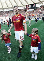 Calcio, Serie A: Roma-Cagliari. Roma, stadio Olimpico, 9 maggio 2010..Football, Italian serie A: Roma-Cagliari. Rome, Olympic stadium, 9 may 2010..AS Roma forward Francesco Totti, center, walks hand in hand with his children Chanel, left, and Cristian at the end of the match to greet fans. AS Roma won 2-1..UPDATE IMAGES PRESS/Riccardo De Luca