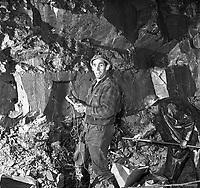 pose-de-la-dynamite-dans-le-tunnel-burnside(de Maisonneuve) -13-novembre-1963