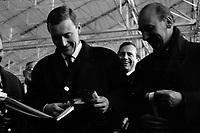 Ateliers Sud Aviation (Saint-Martin-du-Touch). 11 décembre 1967. Plan taille de face du ministre anglais de la Technologie Anthony Neil Wedgwood Benn découpant le ruban officiel, à côté de lui Jean Chamant (ministre des Transports). Cliché pris lors de la présentation officielle du prototype français du Concorde.