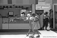 Au parc Belmont : les délices de la barbe à papa. Juillet 1953.