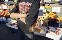 Milano, mercato rionale al quartiere Bruzzano, periferia nord. Frutta e verdura --- Milan, local market at Bruzzano district, north periphery. Fruit and vegetables
