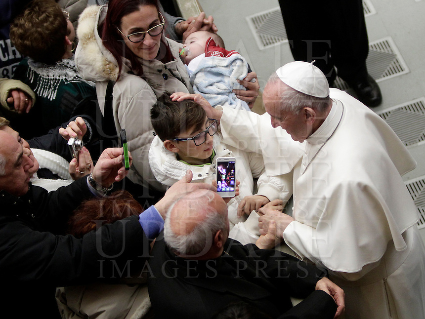 Papa Francesco accarezza un bambino al termine di un'udienza speciale con le vittime del terremoto che ha colpito l'Italia centrale in Aula Paolo VI, Città del Vaticano, 5 gennaio 2017.<br /> Pope Francis caresses a child at the end of a special audience with residents of the areas of central Italy hit by earthquakes in Paul Vi Hall at Vatican, on January 5, 2017.<br /> UPDATE IMAGES PRESS/Isabella Bonotto<br /> <br /> STRICTLY ONLY FOR EDITORIAL USE