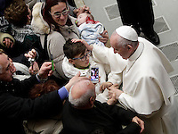 Papa Francesco accarezza un bambino al termine di un'udienza speciale con le vittime del terremoto che ha colpito l'Italia centrale in Aula Paolo VI, Città del Vaticano, 5 gennaio 2017.<br />