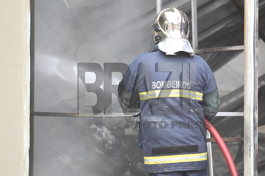 COLOMBO, PR, 05.05.2014 -  INCÊNDIO BARRACÃO / COLOMBO - Incêndio em barracão de 1.000m² em Colombo, na Região Metropolitana de Curitiba provoca fumaça densa que já atinge a capital e pelo menos outros quatro municípios na manhã desta segunda-feira (05). Dentro do barracão encontra-se armazenado cerca de 80 toneladas de fibra de vidro e espuma de poliuretano. Incêndio começou as 3h da madrugadas desta seguda, bombeios começaram a fase de rescaldo. Não houve feridos.(Foto: Paulo Lisboa / Brazil Photo Press)