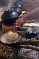 """Asie/Inde/Rajasthan/Udaipur: Hôtel """"Taj Lake Palace"""" sur le lac Pichola - Dans les cuisines cuisson du pain sur les fours à bois traditionnels"""