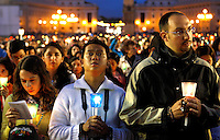 Fedeli recitano il Santo Rosario presenziata dal Papa per la conclusione del Mese Mariano, in Piazza San Pietro, Citta' del Vaticano, 31 maggio 2013.<br /> Faithful hold candles during the recitation of the Holy Rosary attended by the Pope for the conclusion of the month of Mary, in St. Peter's square at the Vatican, 31 May 2013.<br /> UPDATE IMAGES PRESS/Riccardo De Luca<br /> <br /> STRICTLY ONLY FOR EDITORIAL USE