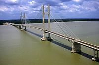 Ponte Governador Almir Gabriel sobre o rio Guamá. A primeira das três pontes da Alça Viária que liga Belém a Sul do Pará.<br />10/ 2002<br />© Foto: Marcello Lourenço/Interfoto<br />Cromo