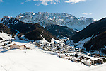 Italy, Alto Adige, South Tyrol, Val Gardena, Selva di Val Gardena: popular wintersport resort and Gruppo del Sella mountains | Italien, Suedtirol, Groednertal, Wolkenstein: beliebter Wintersportort vor Sella Gruppe