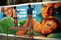 INDIA Bombay Mumbai, Ellora Arts, painting of Bollywood cinema posters / INDIEN Mumbai, Ellora Arts malt grosse Bollywood Kinoplakate