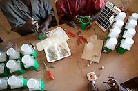 MALI Bandiagara, workshop for solar home systems, repair of solar lights and panel / MALI Bandiagara , Association du Kolguiné , Werkstatt fuer Solar Systeme, Montage und Wartung von Solarlicht Solar 2007 mit PV-Modul Solar 2007-M12 von Solarprojekt Freilassing e.V.