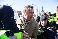 Le politicien Maxime Bernier croise une manifestation de Gilets Jaunes<br /> , le 19 fevrier 2019, devant le Parlement a Ottawa<br /> <br /> <br /> PHOTO : Agence Quebec Presse