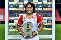 CALI - COLOMBIA, 10-12-2020: Ysaura Viso del Independiente Santa Fe recibe la distinción al mejor jugador después del partido por la final ida como parte de la Liga Femenina BetPlay DIMAYOR 2020 entre América Cali e Independiente Santa Fe jugado en el estadio Pascual Guerrero de la ciudad de Cali. / Ysaura Viso of Independiente Santa Fe receives the best player prize award after for the first leg final match as part of Women's BetPlay DIMAYOR League 2020 between America de Cali and Independiente Santa Fe played at Pascual Guerrero stadium in Cali city. Photos: VizzorImage / Nelson Rios / Cont.