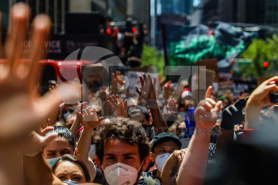 NOVA YORK, EUA, 07.06.2020 - PROTESTO-EUA<br /> Manifestantes em grande maioria usando mascara de proteção contra coronavirus Covid-19 realizam ato contra a violência a pessoas negras na Times Square em Nova York nos Estados Unidos neste domingo 07. Protestos em todo o país foram motivados depois da morte de George Floyd no dia 25 de maio, após de ser asfixiado por 8 minutos e 46 segundos pelo policial branco Derek Chauvin em Minneapolis, no estado de Minnesota. (Foto: Vanessa Carvalho/Brazil Photo Press)