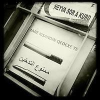 """Medikamentenausgabestation des Kurdischen Roten Halbmond """"Heyva Sor A Kurd in Derbeshye, Rojava/Syrien.<br /> Hier koemmen Beduerftige kostenfrei Medikamente, Babynahrung und Wndeln bekommen.<br /> An der Tuer haengt ein Hinweisschild, das Rauchen ebenso toedlich ist wie Gewehrkugeln.<br /> 16.12.2014, Derbeshye/Rojava/Syrien<br /> Copyright: Christian-Ditsch.de<br /> [Inhaltsveraendernde Manipulation des Fotos nur nach ausdruecklicher Genehmigung des Fotografen. Vereinbarungen ueber Abtretung von Persoenlichkeitsrechten/Model Release der abgebildeten Person/Personen liegen nicht vor. NO MODEL RELEASE! Nur fuer Redaktionelle Zwecke. Don't publish without copyright Christian-Ditsch.de, Veroeffentlichung nur mit Fotografennennung, sowie gegen Honorar, MwSt. und Beleg. Konto: I N G - D i B a, IBAN DE58500105175400192269, BIC INGDDEFFXXX, Kontakt: post@christian-ditsch.de<br /> Bei der Bearbeitung der Dateiinformationen darf die Urheberkennzeichnung in den EXIF- und  IPTC-Daten nicht entfernt werden, diese sind in digitalen Medien nach §95c UrhG rechtlich geschuetzt. Der Urhebervermerk wird gemaess §13 UrhG verlangt.]"""