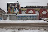 """Die Oktjabrskaja-Straße ist die Hipstermeile von Minsk. In den alten Fabrikhallen befinden sich Galerien, Kneipen und Kreativagenturen. An einer riesigen Außenwand ist ein buntes Graffiti aufgemalt. Davor steht eine Lenin-Büste, dort hängen auch die Fotos der besten Mitarbeiter der """"Minsker Fabrik der Oktober-Revolution""""."""