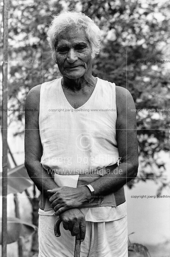 India, Narmada River, Narmada dams and protest movement of NBA Narmada Bachao Andolan, movement to save the Narmada river, and affected Adivasi in their villages, human rights activist Murlidhar Devidas Amte called Baba Amte in the village Kasravad at the banks of Narmada River , image taken 1993