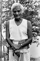 India, Narmada River, Narmada dams and protest movement of NBA Narmada Bachao Andolan, movement to save the Narmada river, and affected Adivasi in their villages, human rights activist Murlidhar Devidas Amte called Baba Amte in the village Kasravad at the banks of Narmada River , image taken 1993