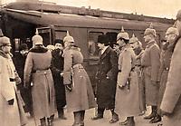 """Deutsche Offiziere begrüßen Anfang 1918 die russische Delegation mit Leo Trotzki (Mitte, Profil), Lew Borissowitsch Kamenew (l.) und Adolf Abramowitsch Joffe in Brest-Litowsk. Der am 9.2.1918 unterzeichnete """"Brotfrieden"""" war ein Separatfrieden der Mittelmächte mit der Ukrainischen Volksrepublik vor dem Hintergrund der Friedensverhandlungen mit der Sowjetrepublik. Die Friedensverhandlungen zwischen den Mittelmächten und Sowjetrussland endeten schließlich mit dem Friedensvertrag von Brest-Litowsk vom 3. März 1918 mit dem Ausscheiden der Sowjetunion aus dem Krieg. Foto: Sammlung Berliner Verlag Archiv"""