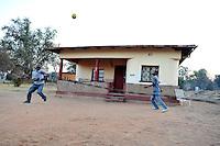 Ragazzi giocano a pallone in una casa del villaggio di Sun City a 200 metri dal Royal Bafokeng Stadium di Rustenburg.USA Ghana 1-2 - USA vs Ghana 1-2.Ottavi di finale - Round of 16 matches.Campionati del Mondo di Calcio Sudafrica 2010 - World Cup South Africa 2010.Royal Bafokeng Stadium, Rustenburg, 26 / 06 / 2010.© Giorgio Perottino / Insidefoto .