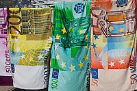 France/13/Bouches du Rhone/Camargue/Parc Naturel Régionnal de Camargue/Saintes Maries de la Mer: Serviettes de bain sur le marché lors du Pèlerinage de la Fête des Gitans