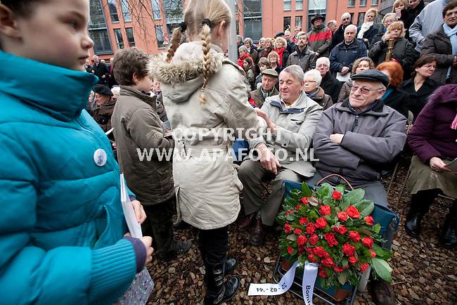 Nijmegen, 220209<br /> Vandaag werd herdacht dat 65 jaar geleden Nijmegenen gebombardeerd werd. Hierbij waren veel overlevenden hiervan aanwezig. Bij monument de Schommel deelden kinderen anzichtkaarten uit met erop persoonlijke vragen aan belangstellenden.<br /> Foto: Sjef Prins - APA Foto