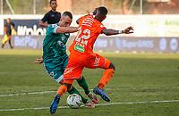 ENVIGADO - COLOMBIA, 28-08-2021: Yaser Asprilla de Envigado disputa el balón con Andres Correa de Equidad durante el partido entre Envigado F.C y La Equidad por la fecha 7 de la Liga BetPlay DIMAYOR II 2021 jugado en el estadio Polideportivo Sur de Envigado. / Yaser Asprilla of Envigado struggles the ball with Andres Correa of Equidad during match for the date 7 as part of BetPlay DIMAYOR League II 2021 between Envigado F.C and La Equidad played at Polideportivo sur stadium in Envigado. Photo: VizzorImage / Donaldo Zuluaga / Cont