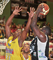 BUCARAMANGA -COLOMBIA, 25-03-2013. John Vélez de Búcaros trata de bloquear a Jeff Jahnbulleh de Piratas durante partido de la décimanovena fecha de la Liga DirecTV de baloncesto profesional colombiano disputado en la ciudad de Bucaramanga./  John Velez of Bucaros tries to block  Jeff Jahnbulleh during game of the nineteenth date of the DirecTV League of professional Basketball of Colombia at Bucaramanga city. Photo:VizzorImage / Jaime Moreno / STR