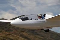 4415 / LS6: AFRIKA, SUEDAFRIKA, 02.01.2007: Segelflugzeug vom Typ LS 6 im Flugzeugschlepp