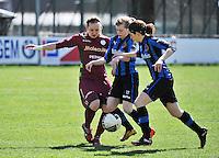 Dames Club Brugge - SV Zulte Waregem : Catherine Szynal (links) in duel met Lore Dezeure (rechts) en Yana Haesebroek.foto DAVID CATRY / Nikonpro.be