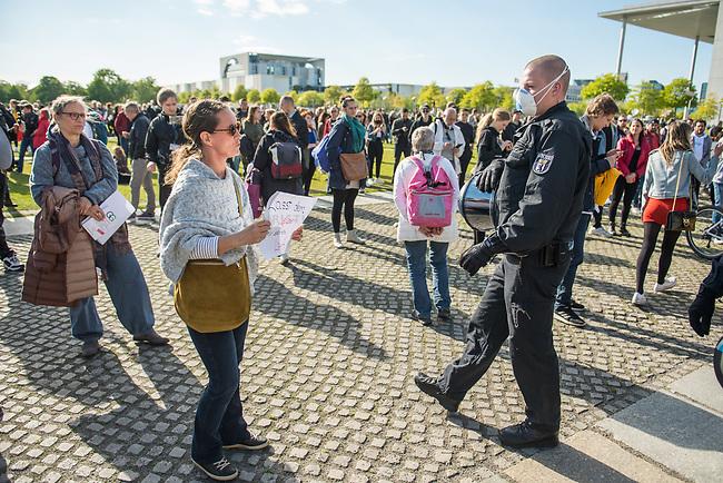 """Mehrere hundert Menschen versammelten sich nach einem anonymen Aufruf im Internet auf der Wiese vor dem Reichstagsgebaeude (Platz der Republik) um gegen die Einschraenkungen des oeffentlichen Lebens zur Eindaemmung der Covid-19-Pandemie zu protestieren. Unter ihnen viele Hooligans, Rechtsextreme, Anhaenger von Verschwoerungstheorien und Esoteriker. Sie riefen in Sprechchoeren """"Wir sind das Volk"""", """"Freiheit, Freiheit"""".<br /> Die Polizei versuchte, zunaechst erfolglos, die Menschen zum verlassen des Platzes zu bewegen. Ein Kamerateam der ARD wurde von einem Hooligan angegriffen. Dieser und andere aggressive Personen wurden festgenommen. Nach ca. 1 1/2 Stunden raeumte die Polizei den Platz.<br /> Im Bild: Eine Frau haelt ein Plakat mit der Aufschrift """"Lasst dem Leben wieder seinen Lauf"""".<br /> 6.5.2020, Berlin<br /> Copyright: Christian-Ditsch.de<br /> [NUR FUER REDAKTIONELLE ZWECKE! Werbung nur auf Anfrage beim Fotografen. Inhaltsveraendernde Manipulation des Fotos nur nach ausdruecklicher Genehmigung des Fotografen. Vereinbarungen ueber Abtretung von Persoenlichkeitsrechten/Model Release der abgebildeten Person/Personen liegen nicht vor. NO MODEL RELEASE! Don't publish without copyright Christian-Ditsch.de, Veroeffentlichung nur mit Fotografennennung, sowie gegen Honorar, MwSt. und Beleg. Konto: I N G - D i B a, IBAN DE58500105175400192269, BIC INGDDEFFXXX, Kontakt: post@christian-ditsch.de<br /> Bei der Bearbeitung der Dateiinformationen darf die Urheberkennzeichnung in den EXIF- und  IPTC-Daten nicht entfernt werden, diese sind in digitalen Medien nach §95c UrhG rechtlich geschuetzt. Der Urhebervermerk wird gemaess §13 UrhG verlangt.]"""