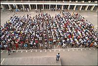 Mozambico, alunni di un istituto tecnico a Nampula. Adunata per l'inizio delle lezioni