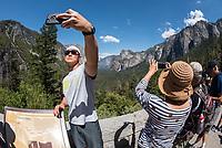 Touristen machen Selfies im Yosemite National Park.<br /> 3.6.2017, Yosemite National Park<br /> Copyright: Christian-Ditsch.de<br /> [Inhaltsveraendernde Manipulation des Fotos nur nach ausdruecklicher Genehmigung des Fotografen. Vereinbarungen ueber Abtretung von Persoenlichkeitsrechten/Model Release der abgebildeten Person/Personen liegen nicht vor. NO MODEL RELEASE! Nur fuer Redaktionelle Zwecke. Don't publish without copyright Christian-Ditsch.de, Veroeffentlichung nur mit Fotografennennung, sowie gegen Honorar, MwSt. und Beleg. Konto: I N G - D i B a, IBAN DE58500105175400192269, BIC INGDDEFFXXX, Kontakt: post@christian-ditsch.de<br /> Bei der Bearbeitung der Dateiinformationen darf die Urheberkennzeichnung in den EXIF- und  IPTC-Daten nicht entfernt werden, diese sind in digitalen Medien nach §95c UrhG rechtlich geschuetzt. Der Urhebervermerk wird gemaess §13 UrhG verlangt.]