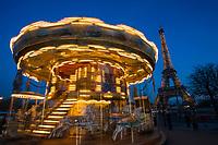 Europe/France/Ile-de-France/75016/Paris: Manége forain au jardin du Trocadéro et Tour Eiffel  // Europe / France / Ile-de-France / 75016 / Paris: Fairground ride in the Trocadero garden and the Eiffel Tower