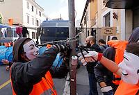 Manifestanti stendono filo spinato nei pressi dell'ambasciata turca per protestare contro gli accordi tra Unione Europea e Turchia sui migranti, a Roma, 1 maggio 2016.<br /> Activists put barbed wire near the Turkish Embassy during a protest against the agreement between the EU and Turkey on migrants in Rome, 1 May 2016.<br /> UPDATE IMAGES PRESS/Riccardo De Luca