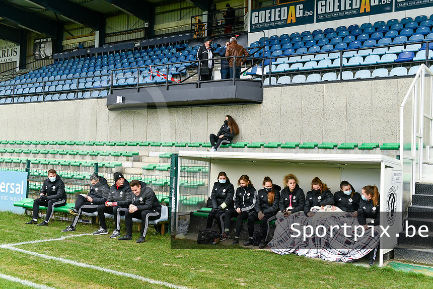 illustration picture of OHL substitutes and staff before a female soccer game between Eendracht Aalst and OHL on the 13 th matchday of the 2020 - 2021 season of Belgian Scooore Womens Super League , Saturday 6 th of February 2021  in Aalst , Belgium . PHOTO SPORTPIX.BE | SPP | STIJN AUDOOREN