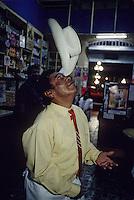 """Amérique/Amérique du Sud/Pérou/Lima : Magicien dans le bar """"Juanito"""""""