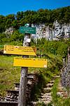 Frankreich, Bourgogne-Franche-Comté, Département Jura, Baume-les-Messieurs: klassifiziert als eines der schoensten Doerfer Frankreichs (Plus beaux villages de France) - Wanderwegweiser | France, Bourgogne-Franche-Comté, Département Jura, Baume-les-Messieurs: classified as one of France's most beautiful villages (Plus beaux villages de France) - hiking signpost