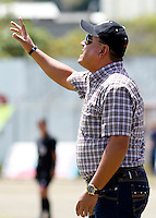 POPAYAN -COLOMBIA-19-07-2014. Jhon Jairo López técnico de América de Cali  da instrucciones durante partido con  Universitario de Popayan por la fecha 1 del Torneo Postobón II 2014 jugado en el estadio Ciro Lopez de la ciudad de Popayan./ Jhon Jairo Lopez coach of America de Cali gives directions during match with  Universitario de Popayan for the first date of Postobon Tournament II 2014 played at Ciro Lopez stadium in Popayan city. Photo: VizzorImage/Juan C. Quintero/STR