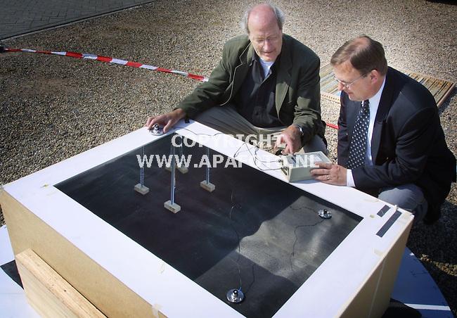 Molenhoek, 090501  foto: Koos Groenewold/ APA Foto<br />Teus Baan Hofman (l) en Albert Albers(r) van Fa Peutz (adviesbureau) bij een schaalmodel van de Amsterdam Arena (zonder gras)