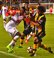 LA PAZ - BOLIVIA - 09 - 03 - 2017: Luis Martelli (Izq.) jugador de The Strongest, disputa el balon con Johan Arango (Der.) jugador de Independiente Santa Fe, durante partido entre The Strongest de Bolivia y el Independiente Santa Fe de Colombia, por la fase de grupos del grupo 2 de la fecha 1 por la Copa Conmebol Libertadores Bridgestone en el estadio Hernando Siles Suazo, de la ciudad de La Paz. / Luis Martelli (L) player of The Strongest, figths for the ball with Johan Arango (R) player of Independiente Santa Fe, during a match between The Strongest of Bolivia and Independiente Santa Fe of Colombia for the group stage, group 2 of the date 1 for the Conmebol Libertadores Bridgestone in the Hernando Siles Suazo Stadium in La Paz city. Photos: VizzorImage / Javier Mamani / APG / Cont.