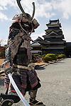 Japan, Chūbu (Central Honshu), Nagano Prefecture, Matsumoto: Matsumoto-jo (wooden castle) with samurai warrior | Japan, Chūbu (Zentral Honshu), Nagano Praefektur, Matsumoto: Samurai Krieger vor Burg Matsumoto-jo