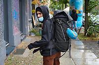 Im Rambler Studio Berlin, ein Projekt der Jugendsozialarbeit mit offenem Design-Kreativ-Angebot, wurde von Obdachlosen und jungen Designerinnen ein Rucksack entsprechend der Beduerfnisse von obdachlosen Menschen entworfen. Eine kleine Stueckzahl der Rucksack wurde aus belastbaren und hochwertigen Materialien handgenaeht. Nun suchen die Betreiberinnen des Sozialprojekts eine Moeglichkeit den Rucksack in groesserer Stueckzahl zu produzieren.<br /> Im Bild: Peter, 29 Jahre, hat am Design und der Herstellung seines Rucksacks mitgearbeitet.<br /> 14.10.2021, Berlin<br /> Copyright: Christian-Ditsch.de