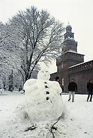 Milano, un pupazzo di neve davanti al Castello Sforzesco --- Milan, a snowman in front of the Sforza Castle