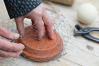 """Knödelschaukel, Knödel-Körbchen, Meisenknödel-Schaukel, Halterung basteln für Meisenknödel aus Maschendraht, Kaninchendraht und Schnur. Schritt 1: Kaninchendraht wird um runden Untersetzer gebogen, um die rundliche Form zu erhalten. Selbstgemachte Fettfuttermischung, Fettfutter aus Kokosfett, Sonnenblumenkernen, Erdnussbruch, Körnermix, Körnermischung, Sonnenblumenöl, Vogelfutter selbst herstellen, Vogelfutter selber machen, Vogelfutter selbermachen, Vogelfütterung, Fütterung, bird's feeding, """"upcycling, Wiederverwertung"""""""