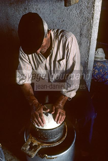 Europe/France/Aquitaine/64/Pyrénées-Atlantiques/Parc National des Pyrénées: Fabrication du fromage de brebis aux environs du pic du Midi-d'Ossau<br /> PHOTO D'ARCHIVES // ARCHIVAL IMAGES<br /> FRANCE 1980