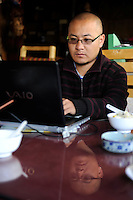 CHINA Yunnan Lugu Lake, internet user /CHINA Provinz Yunnan , Lugu See, Internet Nutzer