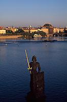 Moldau, Blick von Karlsbruecke auf Theater, Prag, Tschechien, Unesco-Weltkulturerbe